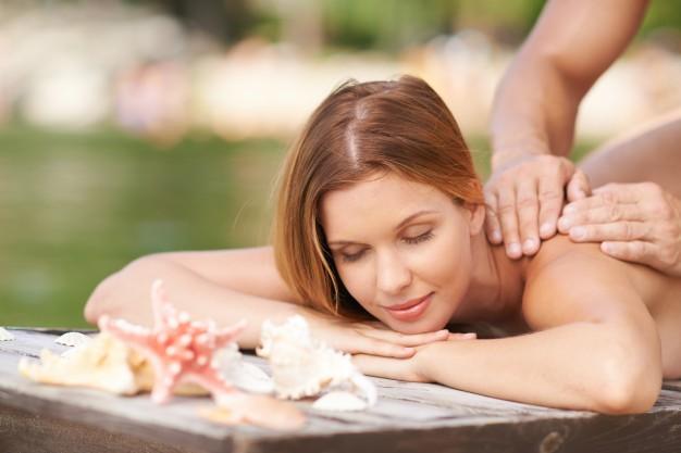 massage-relaxant-dans-une-jetee_1098-67